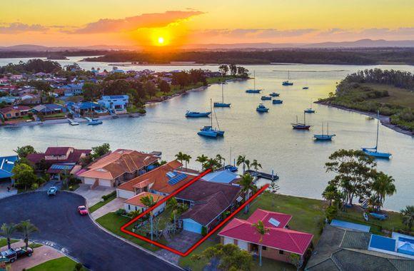 Malahini – Waterfront property with pontoon